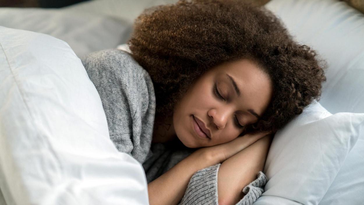 Et ça présenterait deux fois moins de risque cardiovasculaire.💤    Pour protéger votre coeur, faites la sieste deux fois par semaine